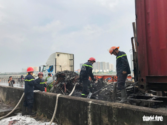 Xe container cháy sập đầu trên cao tốc TP.HCM - Long Thành - Dầu Giây - Ảnh 2.