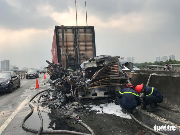 Xe container cháy sập đầu trên cao tốc TP.HCM - Long Thành - Dầu Giây - Ảnh 1.