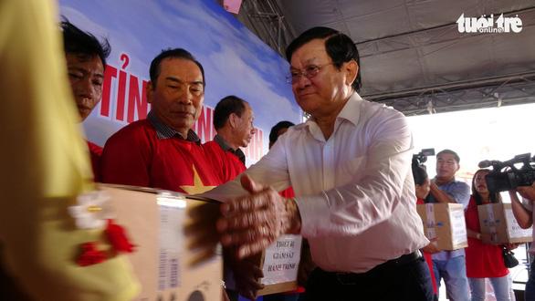 Nguyên Chủ tịch nước Trương Tấn Sang tặng thiết bị cho ngư dân - Ảnh 2.