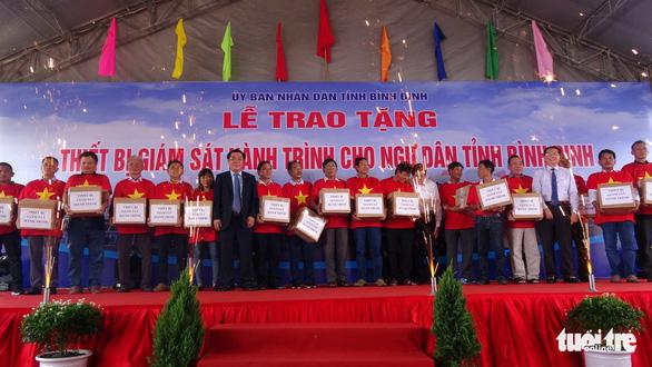 Nguyên Chủ tịch nước Trương Tấn Sang tặng thiết bị cho ngư dân - Ảnh 3.