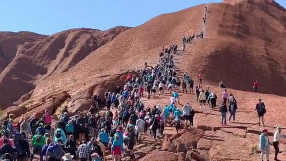 Hàng ngàn du khách đổ đến núi thiêng Uluru leo lần cuối - Ảnh 1.