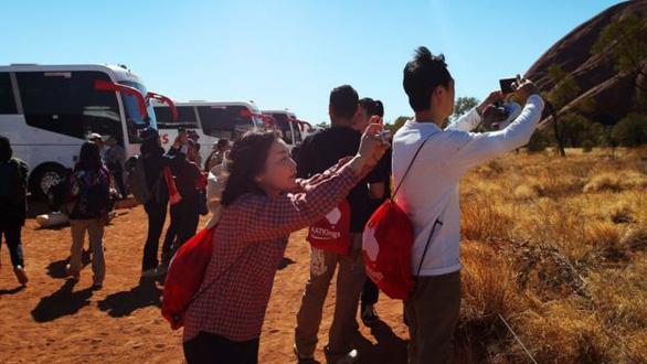 Hàng ngàn du khách đổ đến núi thiêng Uluru leo lần cuối - Ảnh 2.