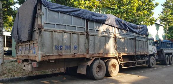Tài xế đổ trộm 20 tấn rác thải trốn công an lại bị rắn độc cắn - Ảnh 1.
