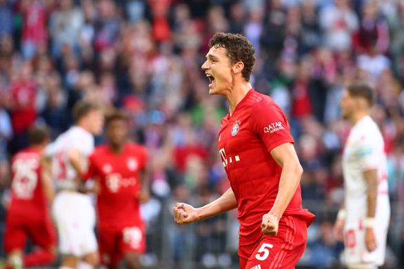 Lewandowski lập kỷ lục ghi bàn, Bayern Munich chiếm ngôi đầu bảng - Ảnh 1.
