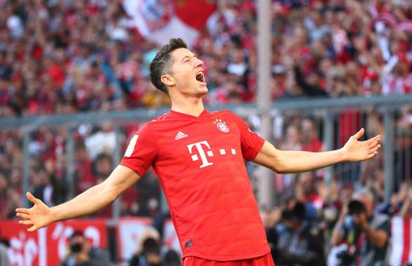 Lewandowski lập kỷ lục ghi bàn, Bayern Munich chiếm ngôi đầu bảng - Ảnh 2.