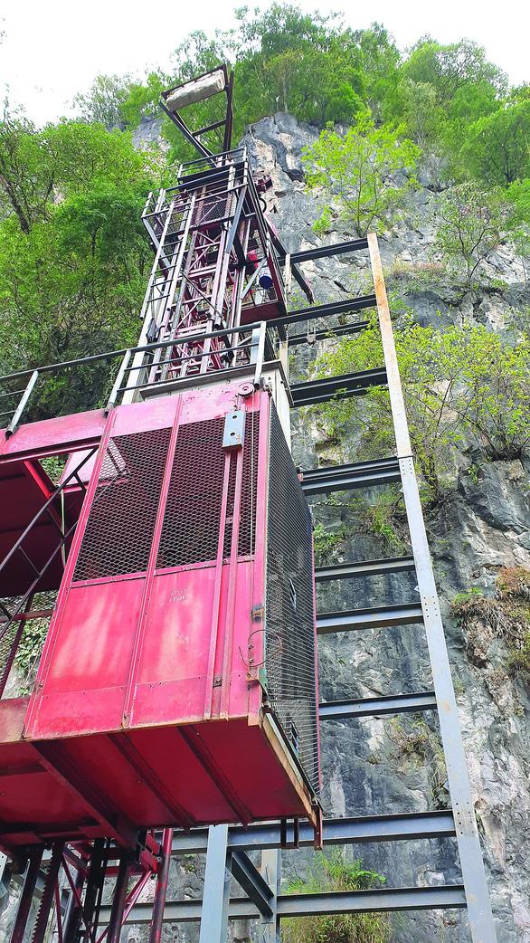 Xử nghiêm vụ xây thang máy lên núi ở Đồng Văn - Ảnh 3.