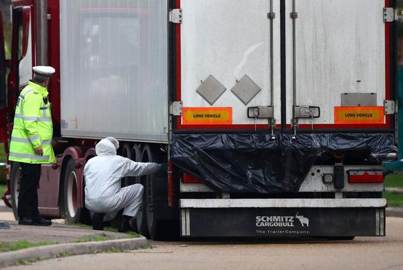 Đại sứ Việt Nam ở Anh đến hiện trường xác minh tên tuổi 39 người chết trong container - Ảnh 1.