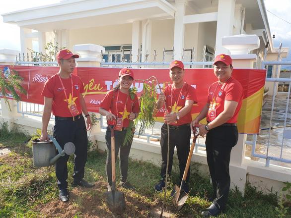1.000 bạn trẻ dọn rác, trồng cây ở biển Khánh Hòa - Ảnh 6.