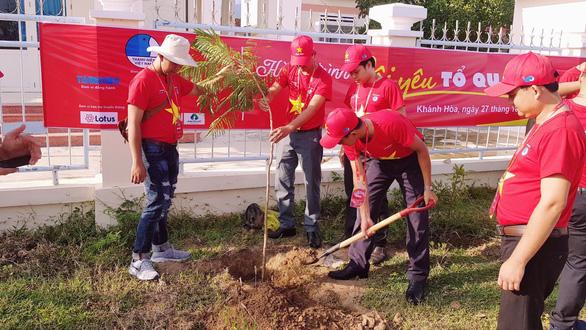 1.000 bạn trẻ dọn rác, trồng cây ở biển Khánh Hòa - Ảnh 7.