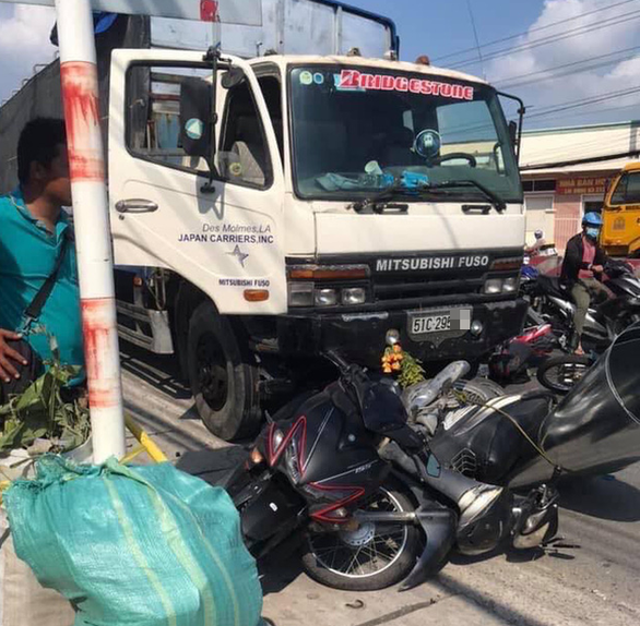 Xe tải tông nhiều xe máy đang dừng đèn đỏ tại Long An - Ảnh 1.