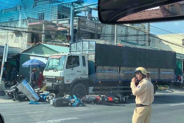 Xe tải tông nhiều xe máy đang dừng đèn đỏ tại Long An - Ảnh 2.