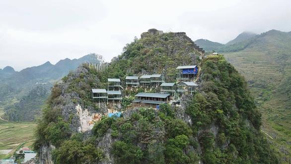 Xử nghiêm vụ xây thang máy lên núi ở Đồng Văn - Ảnh 1.