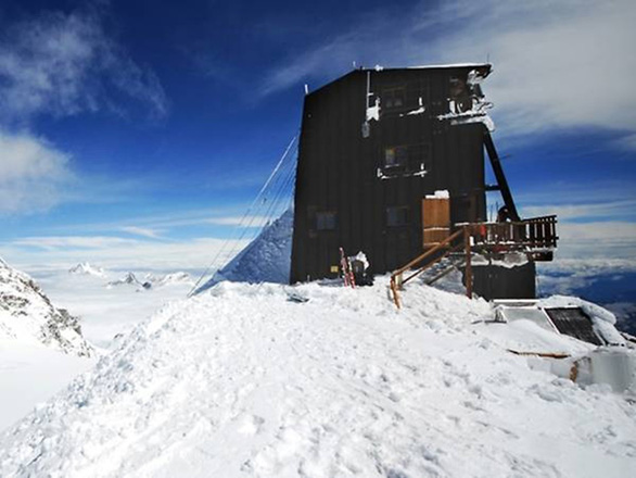 Khách sạn lơ lửng chín tầng mây ở nơi cao nhất châu Âu - Ảnh 1.