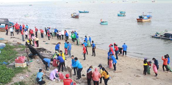 1.000 bạn trẻ dọn rác, trồng cây ở biển Khánh Hòa - Ảnh 1.