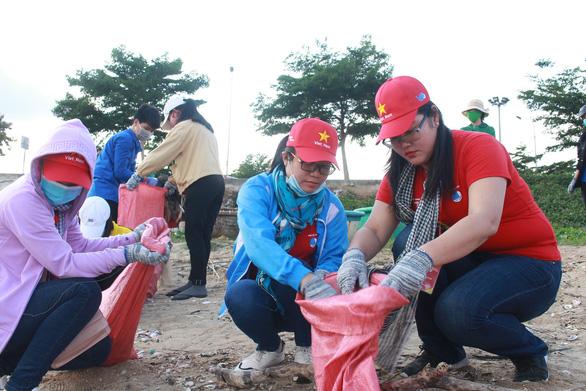 1.000 bạn trẻ dọn rác, trồng cây ở biển Khánh Hòa - Ảnh 2.