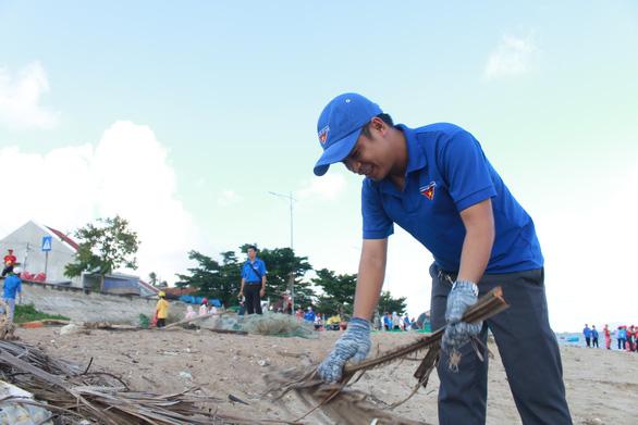 1.000 bạn trẻ dọn rác, trồng cây ở biển Khánh Hòa - Ảnh 3.