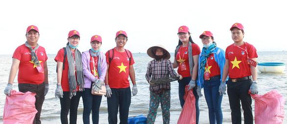 1.000 bạn trẻ dọn rác, trồng cây ở biển Khánh Hòa - Ảnh 4.