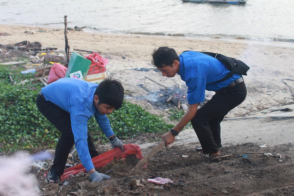 1.000 bạn trẻ dọn rác, trồng cây ở biển Khánh Hòa - Ảnh 5.