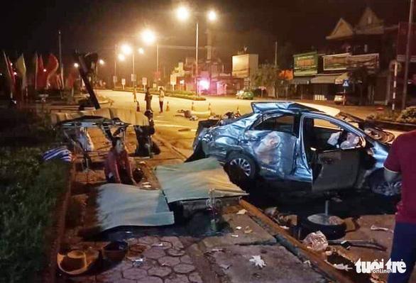 Ba người chết trong ôtô biến dạng sau cú tông của xe giường nằm - Ảnh 1.