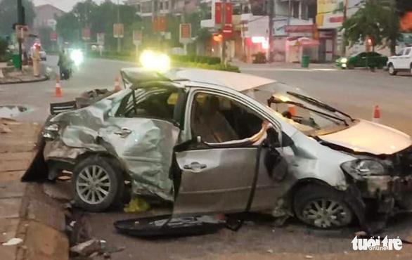 Ba người chết trong ôtô biến dạng sau cú tông của xe giường nằm - Ảnh 2.