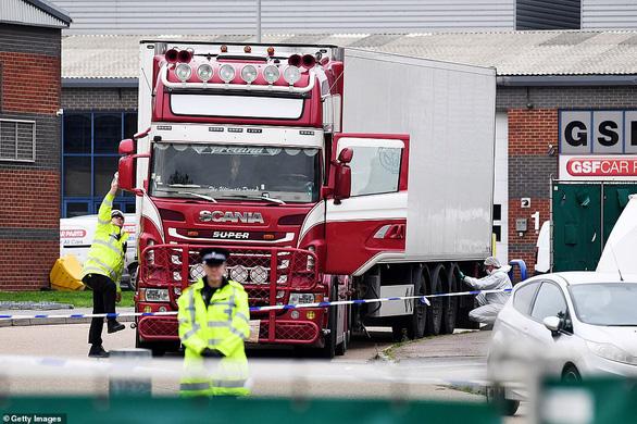 Dấu tay máu trong container bi thảm ở Anh: 39 người cố cầu cứu trong tuyệt vọng? - Ảnh 1.