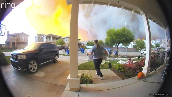 California sơ tán 50.000 người, lính cứu hỏa 'chạy đua với thời gian' - Ảnh 1.