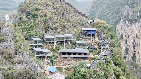 Xử nghiêm vụ xây thang máy lên núi ở Đồng Văn - Ảnh 11.