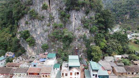 Xử nghiêm vụ xây thang máy lên núi ở Đồng Văn - Ảnh 10.