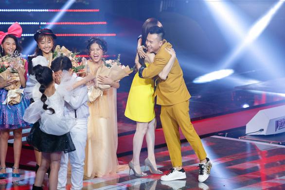 Nguyên Khang xin lỗi do đọc nhầm tên quán quân The Voice Kids 2019 - Ảnh 1.