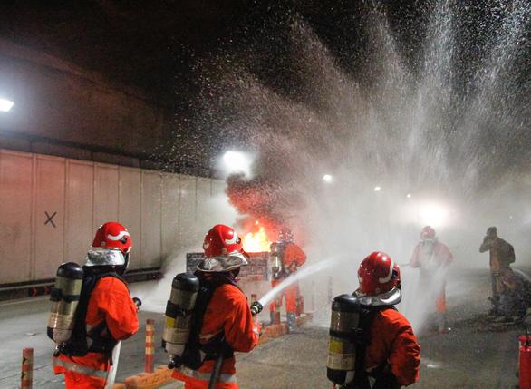 Diễn tập phòng cháy chữa cháy tại đường hầm sông Sài Gòn - Ảnh 4.