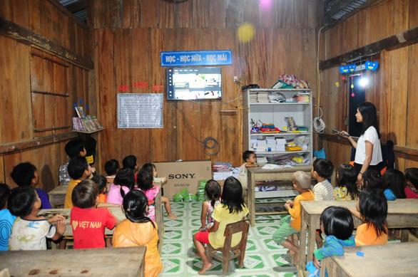 Hai cô giáo điểm trường Tắk Pổ nhận giải thưởng Bạn đọc cùng làm báo - Ảnh 3.