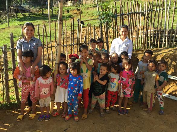 Hai cô giáo điểm trường Tắk Pổ nhận giải thưởng Bạn đọc cùng làm báo - Ảnh 1.