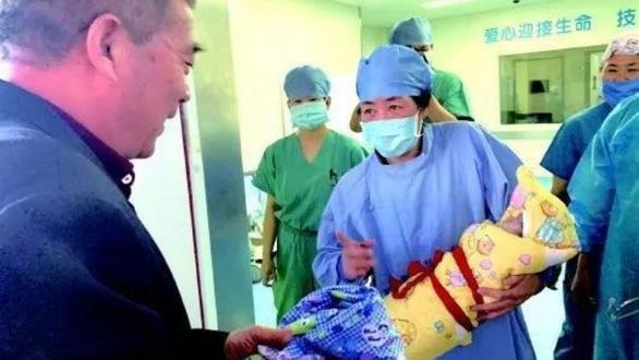 Sản phụ tuổi 67 sinh con khỏe mạnh, đặt tên Món quà trời ban - Ảnh 1.