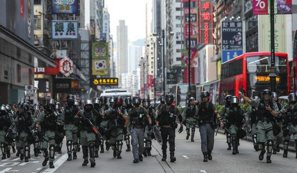 Hong Kong tính thuê lại 1.000 cảnh sát về hưu để đối phó biểu tình - Ảnh 2.