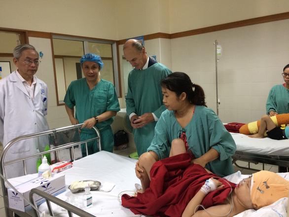 Bác sĩ VN và Mỹ cùng phẫu thuật cho bệnh nhi bị dị tật bẩm sinh hiếm gặp - Ảnh 2.