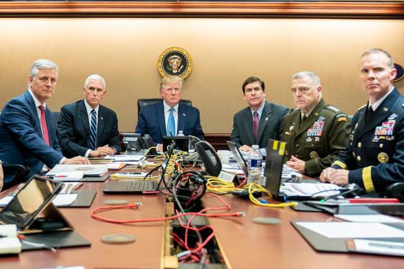 Bức ảnh ông Trump theo dõi chiến dịch tiêu diệt thủ lĩnh IS thật hay dàn dựng? - Ảnh 1.