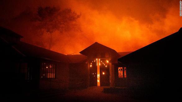 Cuộc di tản lịch sử 180.000 người ở California vì cháy rừng lan rộng - Ảnh 4.