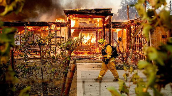 Cuộc di tản lịch sử 180.000 người ở California vì cháy rừng lan rộng - Ảnh 1.