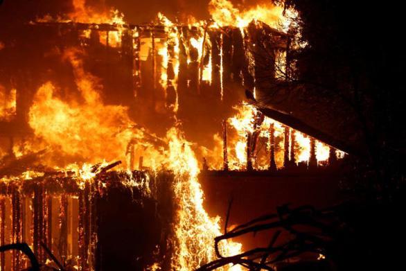 Cuộc di tản lịch sử 180.000 người ở California vì cháy rừng lan rộng - Ảnh 5.