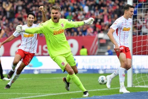 Tham gia tấn công, thủ môn có đường kiến tạo chỉ vài phút sau khi bỏ lỡ siêu phẩm - Ảnh 2.