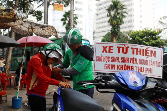 Thằng hâm chạy Grab miễn phí khắp Sài Gòn - Ảnh 1.