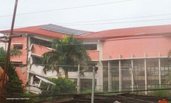 Động đất mạnh, học sinh chạy không kịp bị tường đè chết - Ảnh 2.