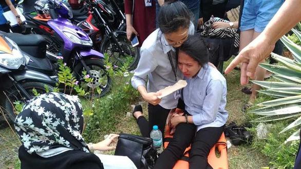 Động đất mạnh, học sinh chạy không kịp bị tường đè chết - Ảnh 1.