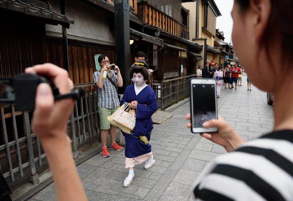 Quận geisha mạnh tay chặn thói chụp ảnh vô tội vạ của du khách - Ảnh 1.
