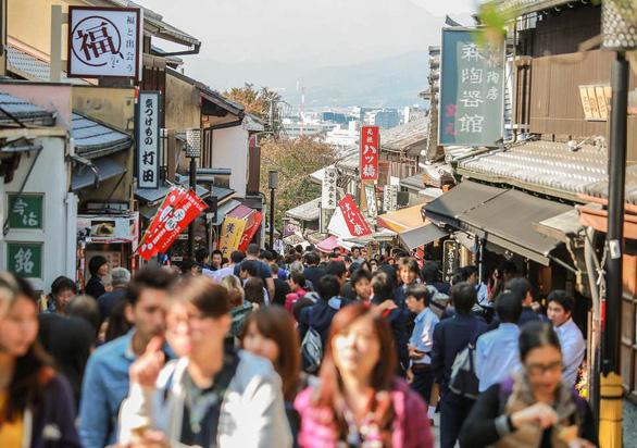 Quận geisha mạnh tay chặn thói chụp ảnh vô tội vạ của du khách - Ảnh 2.