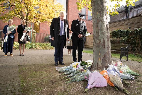 Thủ tướng Anh dành một phút mặc niệm 39 thi thể trong container - Ảnh 1.