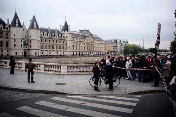 'Gã điên loạn' đâm chết 4 cảnh sát ngay tại đồn giữa Paris - Ảnh 1.