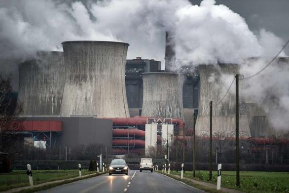 Con người thải CO2 nhiều gấp 100 lần núi lửa phun - Ảnh 1.