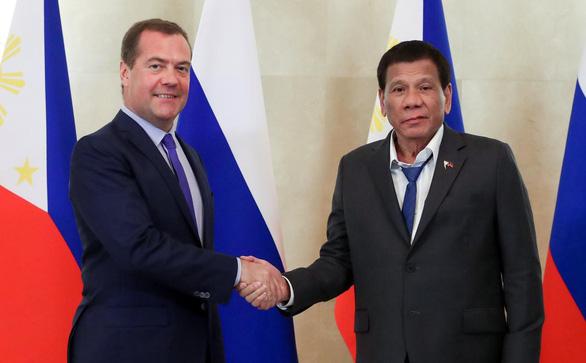 Ông Duterte gây bão mạng vì cách ăn mặc khi gặp Thủ tướng Nga - Ảnh 1.