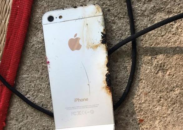 Thanh niên 18 tuổi chết do rò rỉ điện từ dây sạc điện thoại Trung Quốc - Ảnh 1.